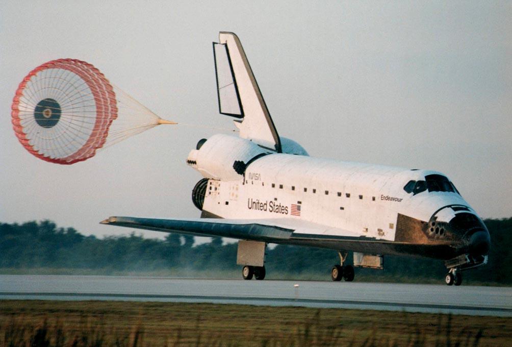 Space_Shuttle_Endeavour_landing